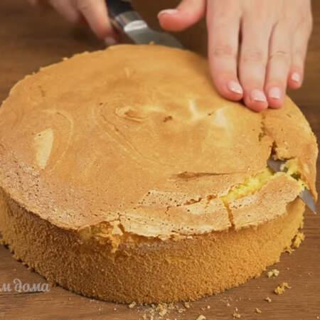 Уже остывший бисквит вынимаем из формы и срезаем верхнюю шапочку.