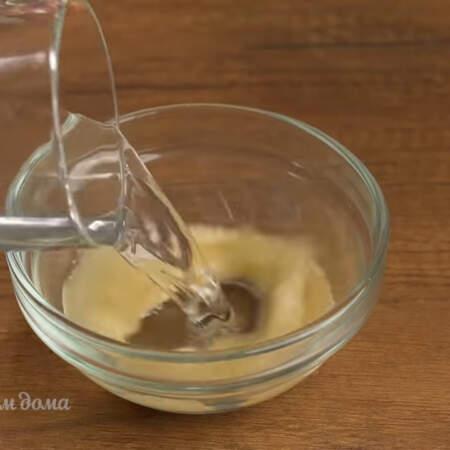 Готовим сливочный крем. В мисочку насыпаем 15 г желатина и наливаем 60 мл воды.