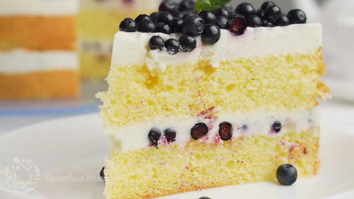 Торт с черникой получился очень вкусным и красивым. В нем идеально сочетается ароматный лимонный бисквит, нежный сливочный крем и вкуснейшие ягоды черники. Также этот торт можно приготовить и с другими ягодами или фруктами. К нему хорошо подойдет земляника, клубника, голубика, а также можно использовать вишню, персики или абрикосы.