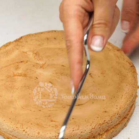 Бисквиты уже остыли, достаем их из формы и разрезаем. Я это делаю струной для разрезания бисквита. Также вы можете разрезать ножом или ниткой.