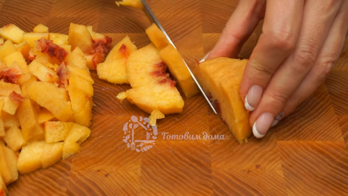 Два свежих персика чистим от кожуры и нарезаем небольшими кубиками.