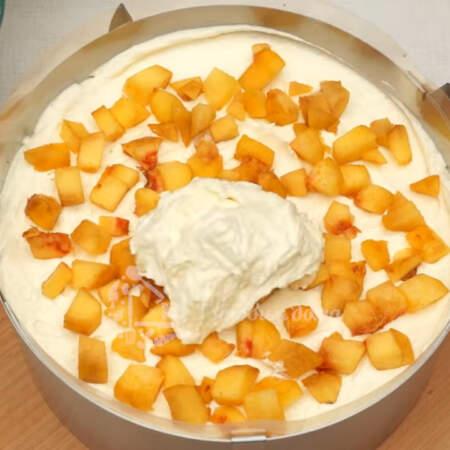 И снова крем, персики, крем и накрываем последним коржом.