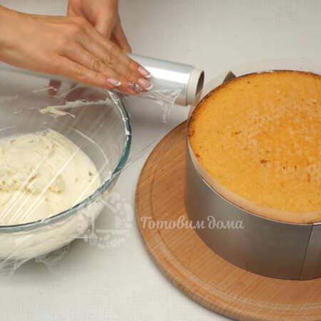 В итоге должна остаться примерно четвертая часть крема, которая понадобится для украшения. Оставшийся крем и собранный торт накрываем пищевой пленкой. Все ставим в холодильник примерно на 6 часов.