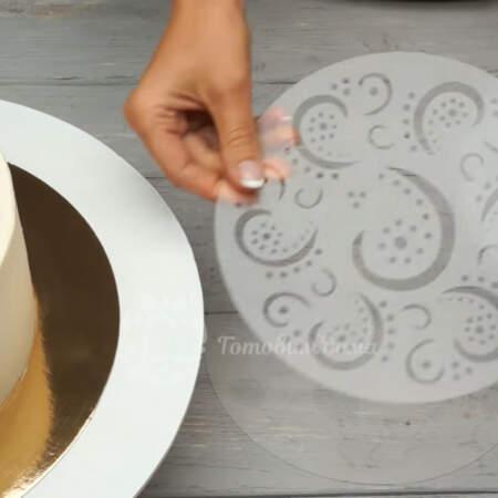 Крем уже застыл. Украшать торт будем с помощью трафарета из набора.