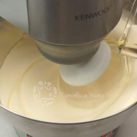 Во взбитые яйца тонкой струйкой вводим 100 мл рафинированного подсолнечного масла, не прекращая взбивания.