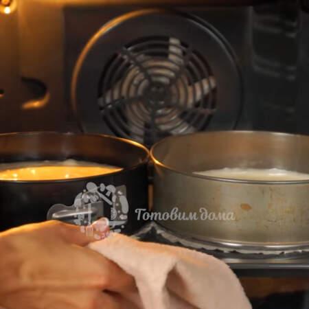 Подготовленные формы ставим в разогретую духовку до 190 градусов. Выпекаем 35-40 минут, до сухой палочки.