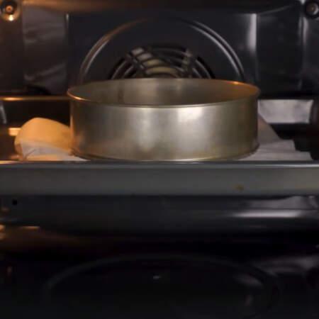 Бисквит ставим в разогретую духовку до 180 градусов. выпекаем приблизительно 20 минут.