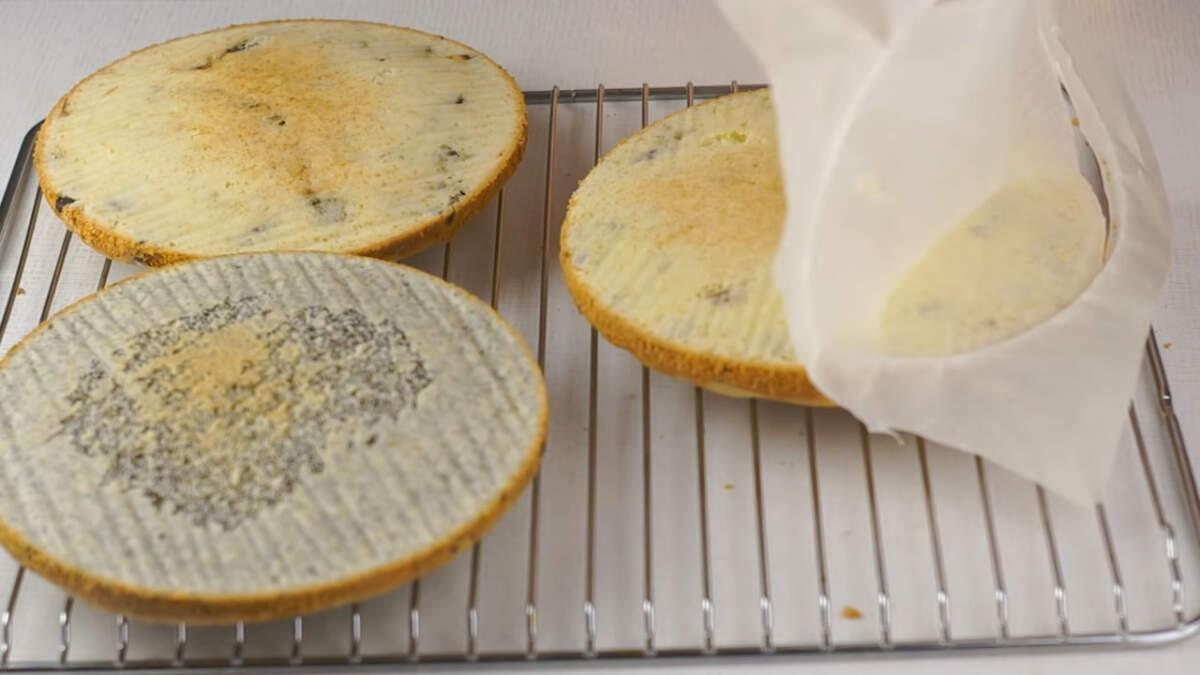 Испеченные бисквиты точно также перекладываем на решетку и даем им остыть.