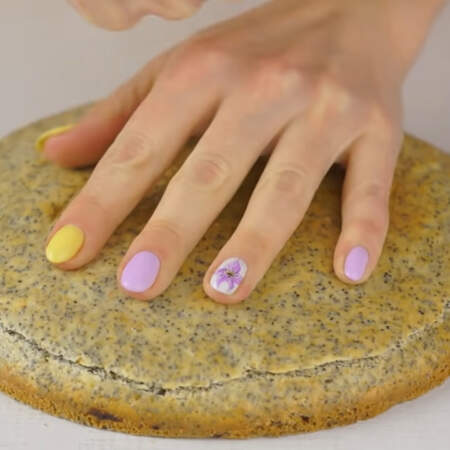 С готовых остывших бисквитов срезаем верхнюю шапочку для того, чтобы они были ровными.