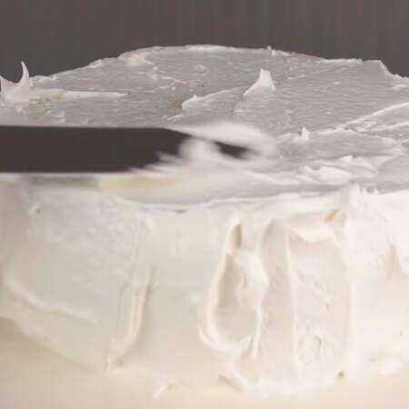 Приготовленным кремом выравниваем остывший торт сверху и по бокам.