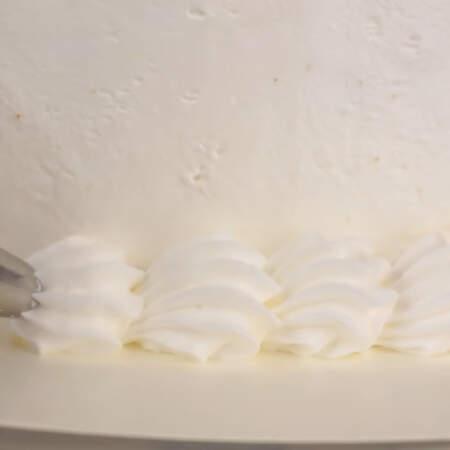 Отсаживаем крем по низу торта.