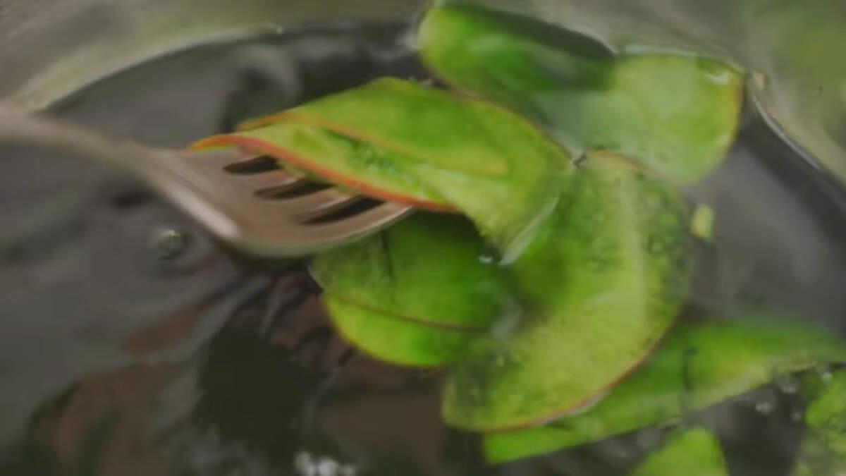 Для того чтобы сделать листочки для роз, яблочные пластинки варим точно так же, только сироп окрашиваем в зеленый цвет.