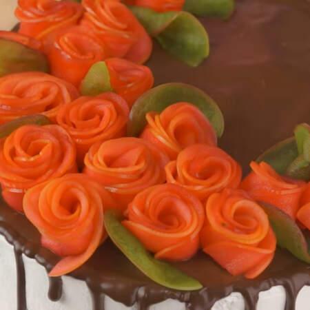 Подготовленными яблочными розами и листьями украшаем торт.