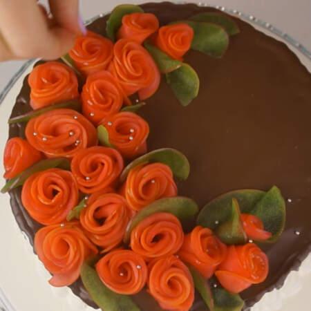 Сверху торт посыпаем сахарными бусинками.