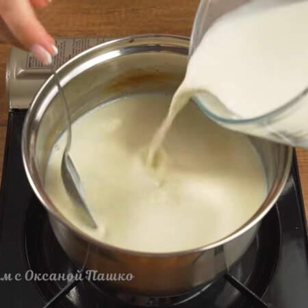 Как только молочная смесь закипела вливаем в нее молоко с крахмалом, предварительно их еще раз размешав. Варим постоянно перемешивая венчиком, чтоб ничего не пригорело ко дну.