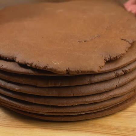 Пока печется один корж, раскатываем следующий. Тогда процесс выпечки будет быстрее. Из этого количества теста у меня получилось 7 коржей для торта и один для украшения торта сверху.