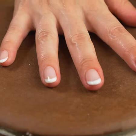 Кладем следующий корж. Снова наносим крем, посыпаем орехами и выкладываем малину. По такому принципу складываем весь торт. Всего для начинки торта мне понадобилось 400 г малины, это без украшения. Примерно 3 ст.л. крема оставляем для украшения торта сверху. Последний корж кремом смазывать не нужно.