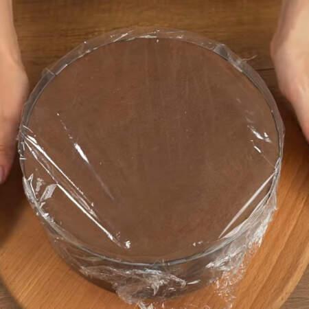 Торт накрываем пищевой пленкой и ставим настаиваться в холодильник минимум на 4 часа, а лучше на целую ночь.