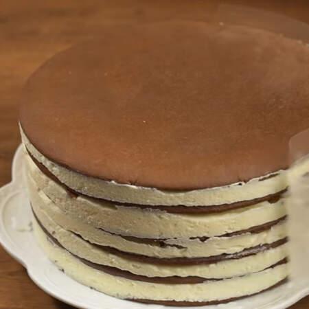 Прошла ночь, достаем торт из холодильника и снимаем кулинарное кольцо. Торт переставляем на блюдо, на котором будем подавать его на стол и снимаем ацетатную пленку.