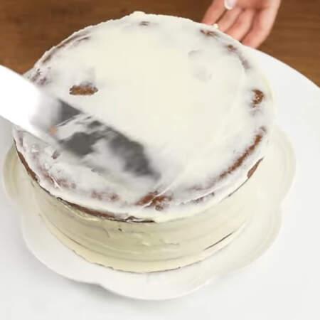 По бокам и сверху торт обмазываем оставшимся кремом.