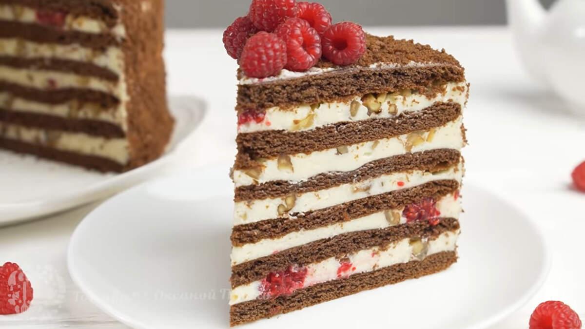 Шоколадно медовый торт Спартак с малиной получился очень вкусным. В нем отлично сочетаются медовые коржи и воздушный, в меру сладкий крем. А ягоды малины придают этому торту особенную приятную кислинку. Вместо свежей малины в торт отлично подойдут и замороженные ягоды. Единственный минус в том, что разрез не будет таким четким.