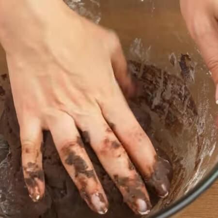 В зависимости от клейкости муки, ее может понадобится немного больше или меньше. Тесто должно получится мягким, однородным и слегка липнущим к рукам.