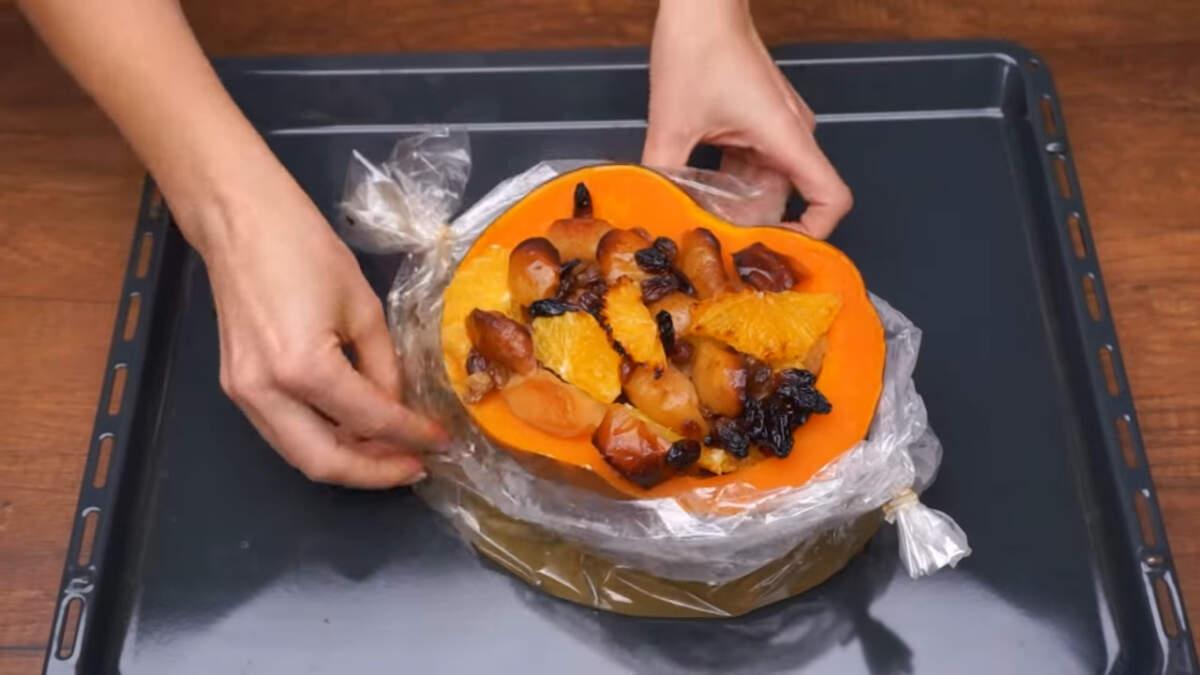 Все запеклось, вынимаем тыкву с фруктами из духовки и аккуратно разрезаем рукав. Тыква становится очень мягкой и ароматной, на нее при запекании выливались соки от апельсина и яблока И за счет этого она стала не приторно-сладкой, а ароматной и очень вкусной.