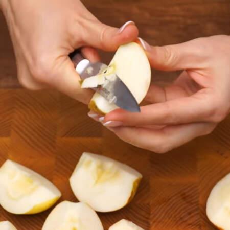 Два кисло-сладких яблока разрезаем на 4 части и чистим от сердцевины.