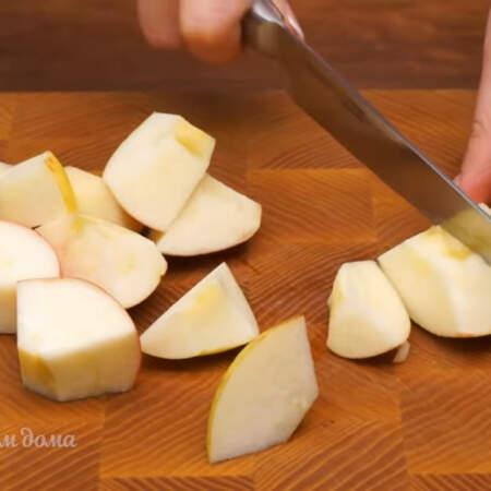 Яблоки нарезаем  средними кусочками.