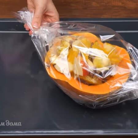 Подготовленную тыкву с фруктами ставим в рукав для запекания и завязываем его со всех сторон.