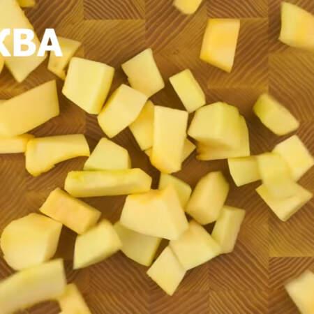 1 кг очищенной тыквы разрезаем на небольшие кусочки.