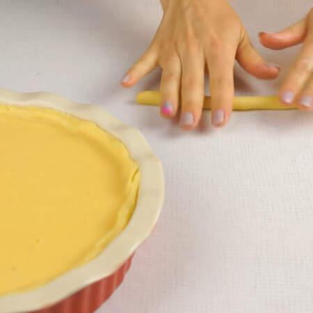 Из обрезков теста скатываем жгутик.