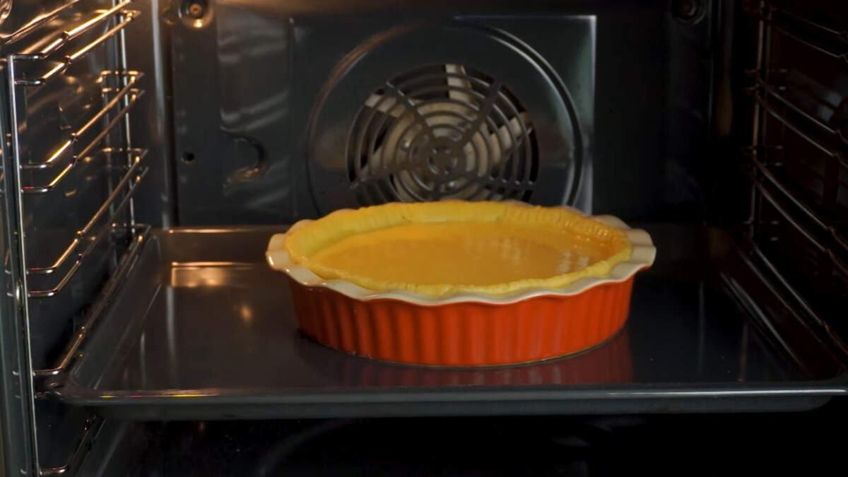 Пирог ставим в духовку разогретую до 200 градусов на 15 минут. Затем снижаем температуру до 180 градусов и запекаем еще примерно 40 минут.