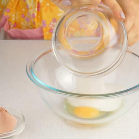 В отдельной миске взбиваем яйцо с сахаром.