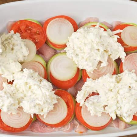 Приготовленную сырную заправку выкладываем сверху на овощи.