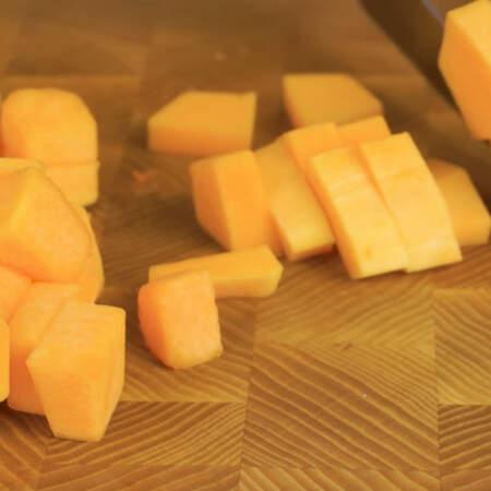 Приготовление начнем с нарезки тыквы. Нарезаем ее небольшими кусочками.