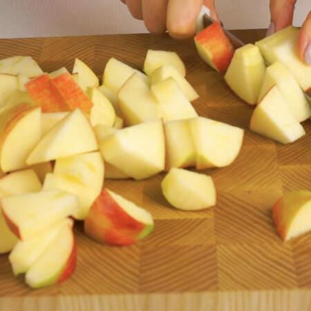 Яблоки очищаем от сердцевины и нарезаем крупными кусочками. Их тоже перекладываем в форму для запекания.