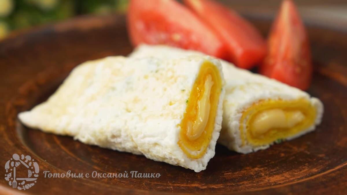 Готовый завтрак из яиц, перекладываем на тарелку. Подаем с овощами, я взяла помидоры. Необычный завтрак из яиц с сырной получился очень вкусным. Готовится просто и выглядит красиво. Порадуйте себя и своих близких таким интересным завтраком.
