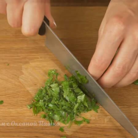 Небольшой пучок петрушки измельчаем ножом.