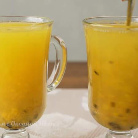 Все заливаем кипятком. Перемешиваем и наслаждаемся ароматным напитком. По желанию можно добавить еще немного сахара.