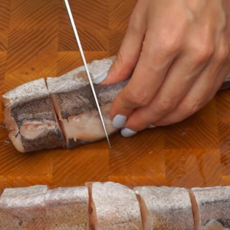 Три тушки хека предварительно размораживаем, чистим от чешуи и нарезаем порционными кусочками. Вместо хека можно взять минтай или любую другую рыбу, в которой нет мелких костей.