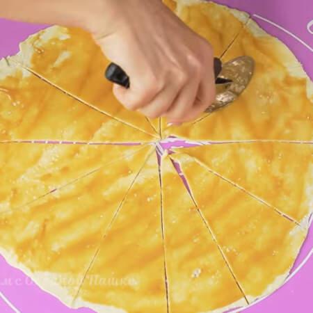 Получившийся круг делим ножом сначала на 4 части, а затем каждую четвертинку еще на 3. Должно получиться 12 треугольничков.