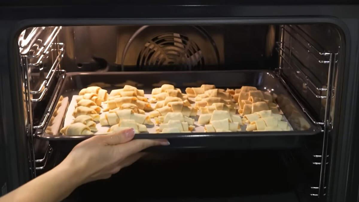 Рогалики перекладываем на противень застеленный пергаментной бумагой. Все ставим в духовку разогретую до 180 градусов и выпекаем примерно 25 -30 минут.