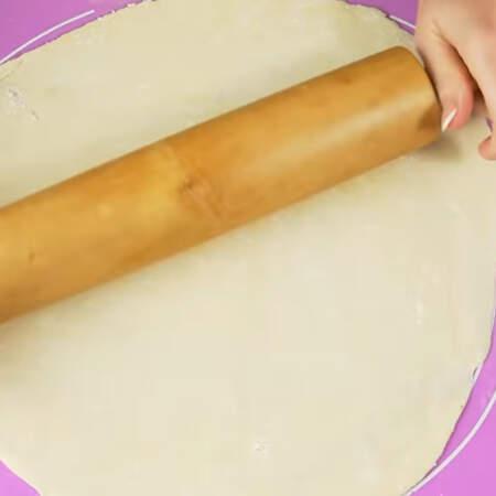 Каждую часть раскатываем в круг толщиной около 3 мм.