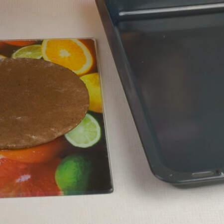 Испеченные горячие коржи сразу же снимаем с бумаги и перекладываем на ровную поверхность. Даем им остыть.