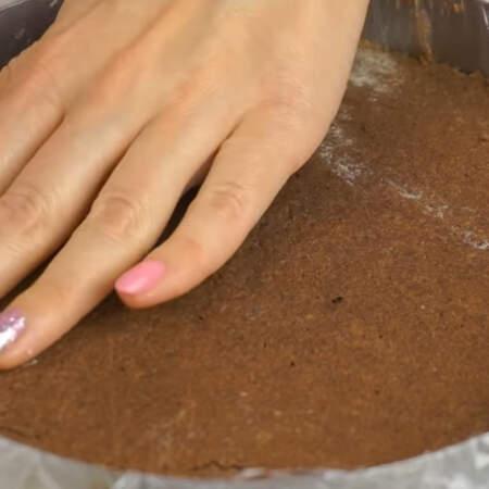 Коржи в этом торте не нужно ничем пропитывать, им будет достаточно влаги от сметанного крема. Собираем торт, чередуя коржи и крем. Верхний корж обмазывать кремом не нужно.