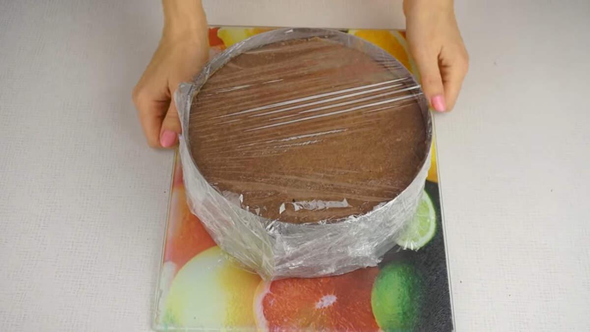 Собранный торт накрываем пищевой пленкой и отправляем настаиваться в холодильник на 6-8 часов.