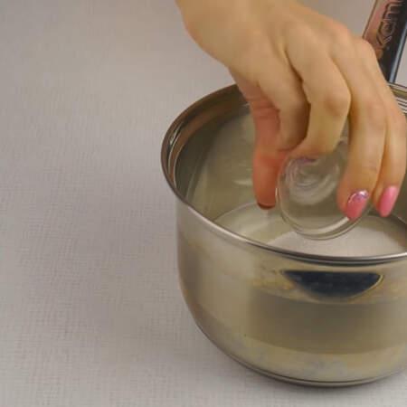 Украшать торт будем белково-заварным кремом.  В сотейник наливаем 120 мл воды, насыпаем 360 г сахара и добавляем щепотку лимонной кислоты.