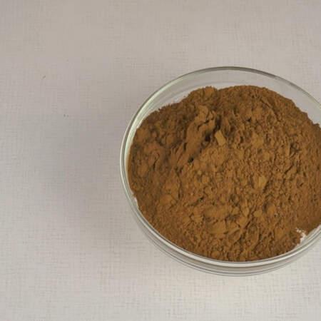 Теперь замесим тесто для шоколадных песочных коржей. Смешиваем сухие ингредиенты. В 350 г муки добавляем 10 г разрыхлителя для теста и 80 г какао.