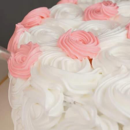 Насадкой маленькая закрытая звездочка украшаем торт небольшими розочками.